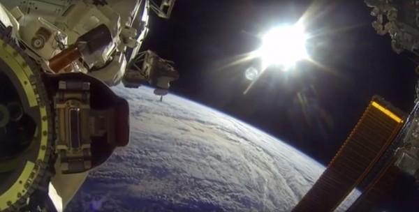 NASA在國際太空站實況,網友可以從這個實況中,一窺太空站設施的運作,以及可以從太空俯視水藍的地球。(圖擷自臉書「INTERESTINATE 」)