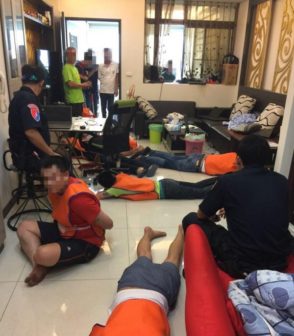 台南、高雄警方合破大型詐騙機房,就在台南議員住處旁,逮捕10多名嫌犯。(記者黃良傑翻攝)