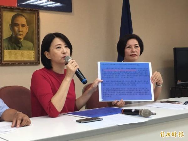 台北市長柯文哲今下午赴議會報告明年度預算,國民黨籍市議員王鴻薇(左)抨擊農產公司近期的人事問題「是有史以來骯髒、齷齪」。(資料照,記者盧姮倩攝)
