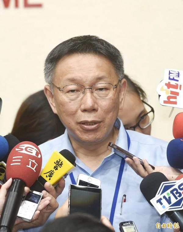 面對立委段宜康與台北農產運銷公司總經理韓國瑜對嗆爭議,台北市長柯文哲認為,情緒發言無濟於事。(記者方賓照攝)