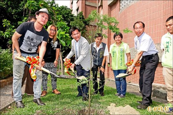 「搖滾台中暨未來森林音樂節」將於11月19、20日連2天登場,市長林佳龍與活動來賓一同種下一棵樹,宣告活動正式啟動。(記者廖耀東攝)