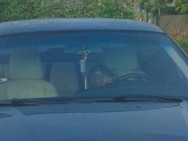 楊姓主嫌被逮獲時正在車上睡得香甜。(記者曾迺強翻攝)