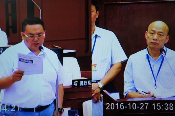 農產公司總經理韓國瑜(圖右)下午赴市議會備詢。(記者黃建豪翻攝)