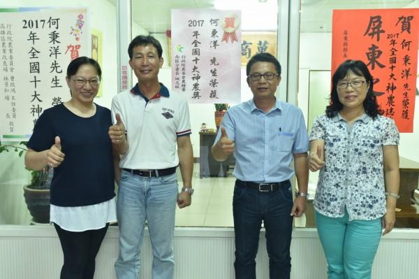 農民何秉洋獲得神農獎,農糧署分署長姚志旺前往恭賀。(記者葉永騫翻攝)