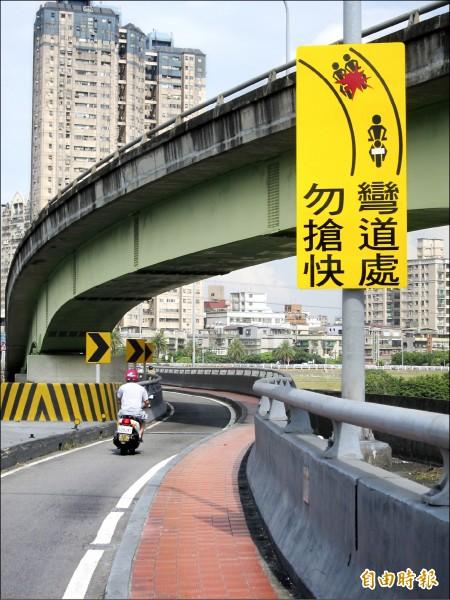 交通局在易肇事橋樑設置圖型化標誌提醒騎士,但秀朗橋機車道直線追撞的事故仍上升。(記者何玉華攝)