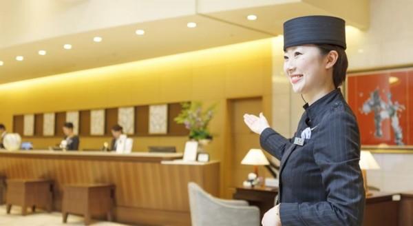 1名台灣女生到日本一間飯店櫃檯打工,卻於工作10天後自行離開,也拒絕向雇主提離職,逃避、不負責任的態度恐導致雇主不再聘僱台灣人。(示意圖,擷取自飯店訂房平台網站)