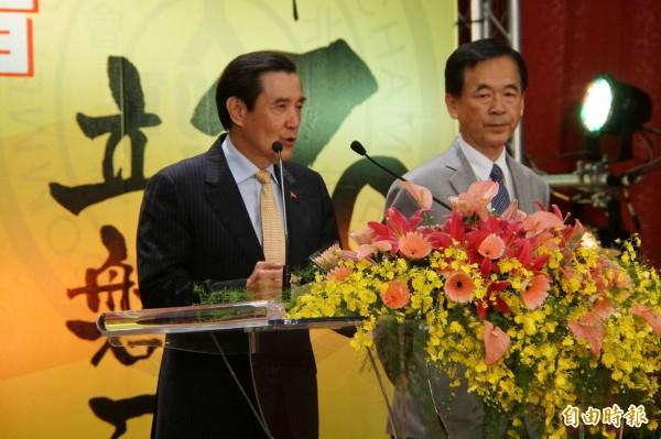 今下午前總統馬英九出席台北市商業會70週年活動暨頒獎典禮擔任頒獎人,頒獎給成立50年的工商同業公會。(記者張凱翔攝)