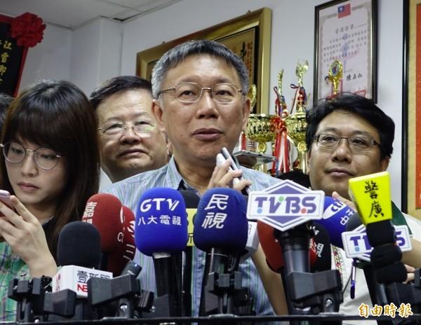 台北市長柯文哲談到台北農產運銷公司董事長、總經理難產,柯文哲不願多談前雲林縣長張榮味是否有欺騙他,僅說「這不是誰騙誰的問題」。(記者王藝菘攝)