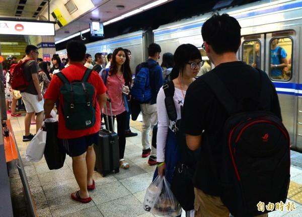 今日上午上班上課尖峰時段,台鐵新豐=湖口間西正線發生列車線斷事故落,共影響約36列次、約1萬0920人、總計延誤1015分。(資料照,記者王藝菘攝)
