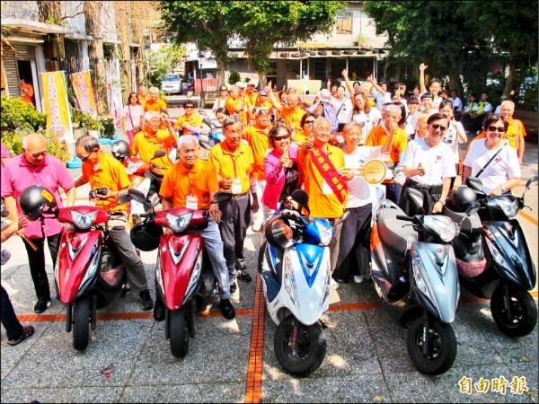 弘道老人福利基金會「不老騎士」追夢車隊,昨天來到基隆市過港社區照顧關懷據點,受到熱烈歡迎。(記者俞肇福攝)