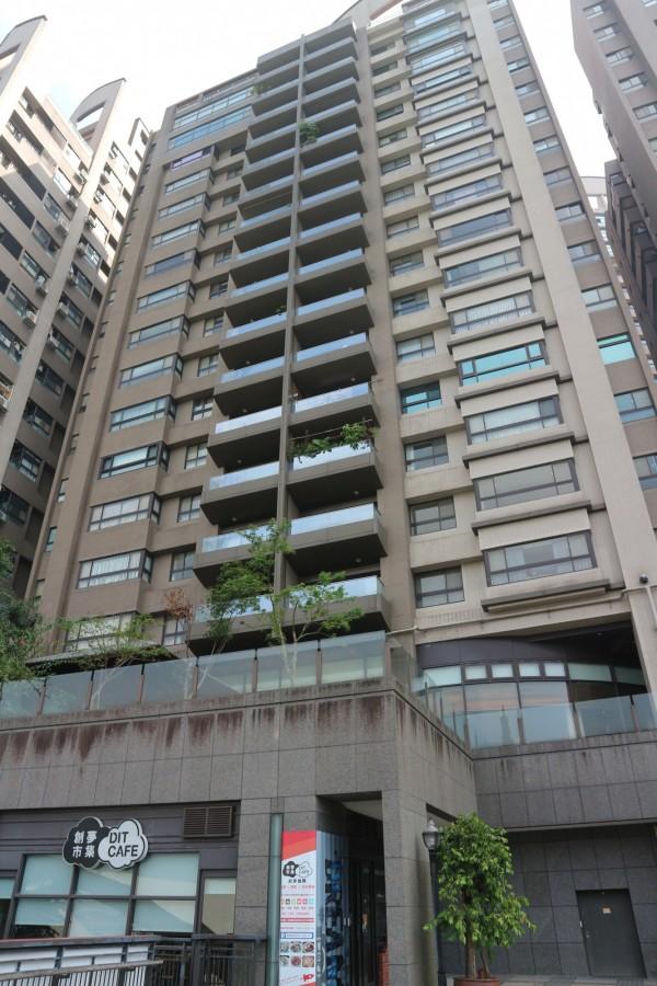 兩名少女以衣物繩索從11樓垂吊,墜至3樓平台。(記者陳薏云攝)