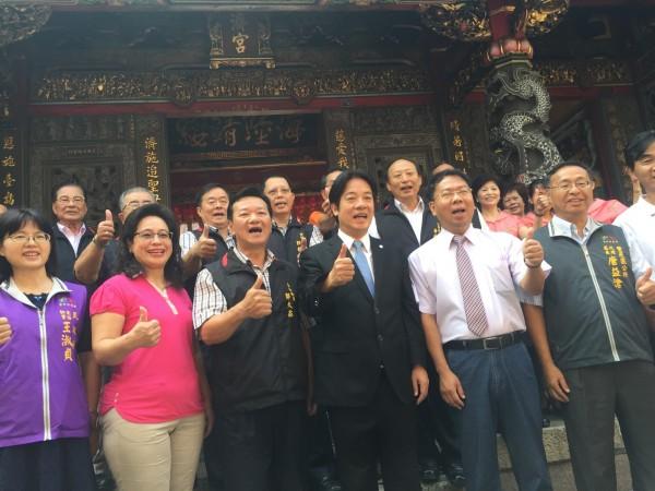 台南市長賴清德到台中豐原慈濟宮參拜,感謝台中各界在台南地震時伸出援手,並與大家合影。(記者李忠憲攝)