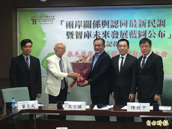 前總統府資政辜寬敏(左二),表示台灣社會似乎已遺忘前總統陳水扁。(記者鄭鴻達攝)