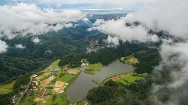 經過梅姬颱風強風吹襲,雙連埤湖中面積達半公頃的小浮島(右一)從湖南岸漂移兩百公尺到東岸。(讀者蔣維峻攝影)