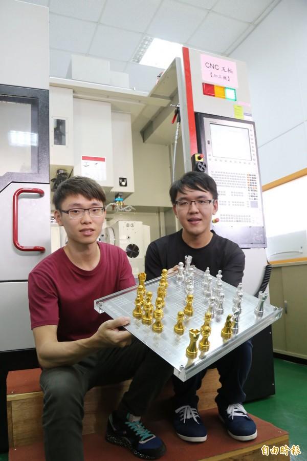 做工精細的西洋棋,是屏科大學生以CNC技術完成的作品。(記者邱芷柔攝)