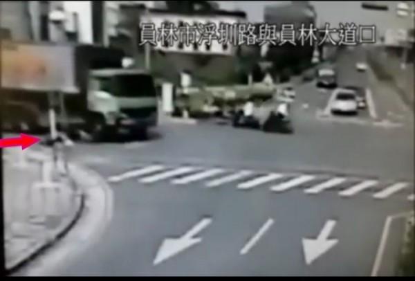 員林婦人車禍畫面曝光,婦人被撞到,再被輾破頭。紅標為婦人所在位置。(記者顏宏駿翻攝)