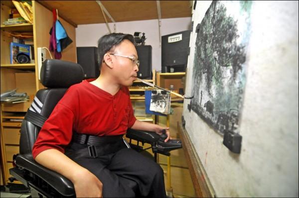 患有脊肌萎縮症的羅勝龍,為了讓畫畫更自如,改造發明升降電動畫架及調整型畫筆。(新北市文化局提供)