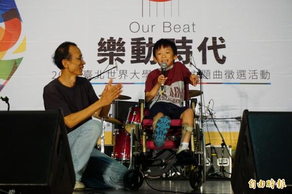 腦麻學童林易在台中複賽擔任表演嘉賓,演唱英文創作曲Rock In Taipei,獲得滿堂采。(記者蔡淑媛攝)