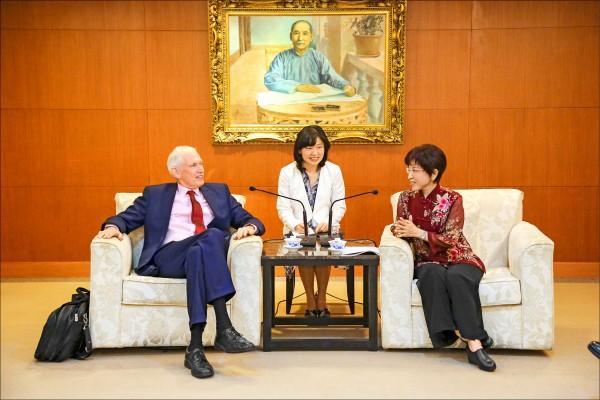 國民黨主席洪秀柱昨會見美國在台協會主席莫健(James F. Moriarty)。(照片由國民黨提供)