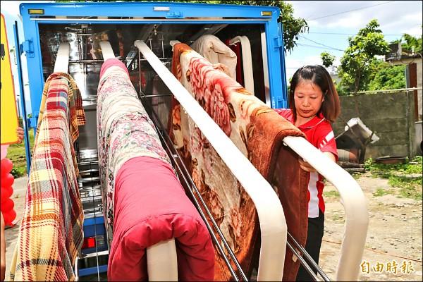 中華聖母社會福利慈善事業基金會人員操作加熱乾燥車。(記者曾迺強攝)