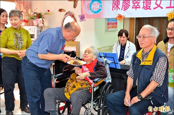 埔基附設護理之家,也是提報B級服務單位之一,四月才溫馨地幫住民陳廖翠瓊辦百歲生日派對。(記者陳鳳麗攝)