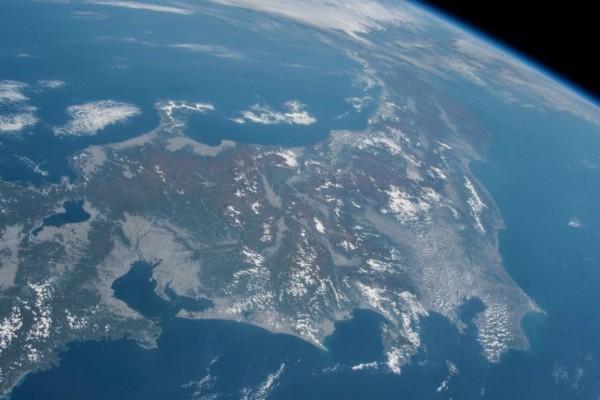 日本太空人油井龜美也,日前將從太空站拍攝的「日本賞楓照」上傳網路,特殊視角所呈現出的美麗畫面,讓日本網友淚推。(圖擷取自@Astro_Kimiya推特)