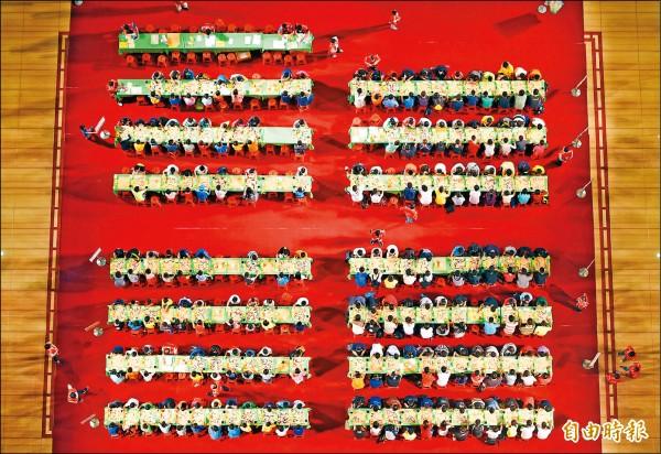 「榮三盃全國學生棋王賽」台灣棋壇指標賽事,棋士的榮譽勳章。 (記者趙世勳攝)