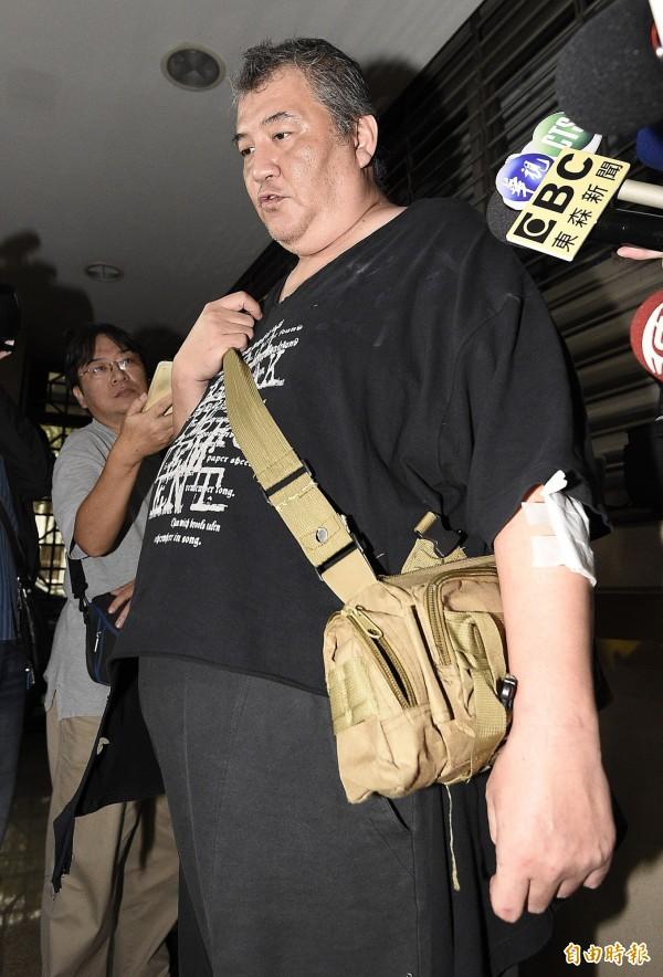 賀姓計程車司機(見圖)與藝人李妍憬鬥毆,衣服都被扯破,身上也有多處傷口。(記者陳志曲攝)