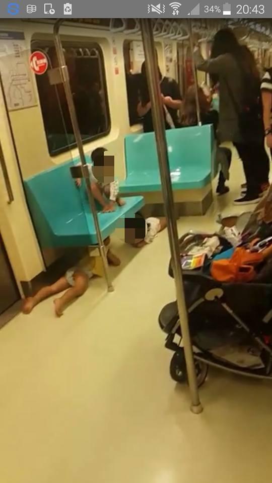 網友PO出在捷運車廂內不可思議的畫面,尿布童居然滿地亂爬!(圖取自爆料公社)