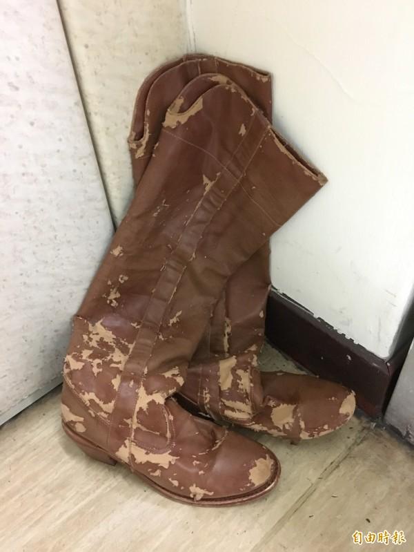 李妍憬的馬靴被當成武器,事後竟然斑駁成這樣。(記者姚岳宏攝)