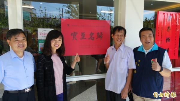 對於榮獲10大神農,鄧國權(右2)一如往常的靦靦敦厚說:「很開心!」(記者彭健禮攝)