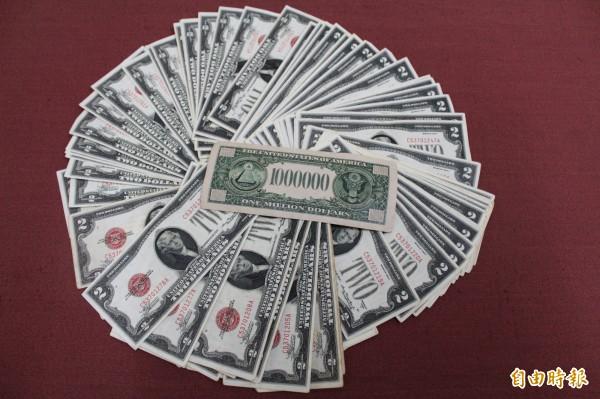 竹北警分局新工派出所從印尼逃逸女外勞身上查獲的偽造美鈔,除了面額2元的,還有1張面額100萬,員警打趣「1張就是1棟數千萬豪宅」。(記者黃美珠攝)