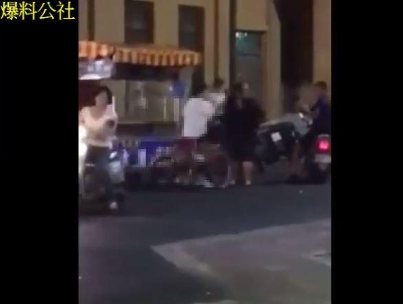 高雄旗山老街今日晚間發生一起兒子街頭痛打媽媽的街頭暴力事件,該名少年出手的理由,疑似因為媽媽不買東西給他。(圖擷自爆料公社)
