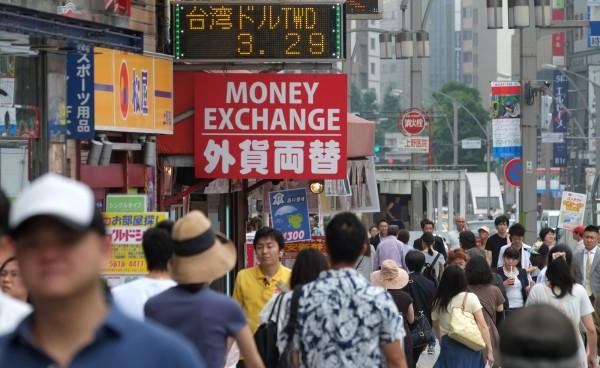日本國土交通省今指出,截至昨日,今年外國觀光客數量已經突破2000萬人次,這也是外國觀光客數量首次突破2000萬大關。(法新社)