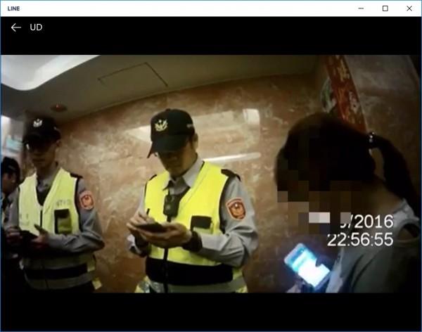 范姓女毒販(右1)與毒友喬交易價錢時,滑手機被警方瞥見「現在一兩漲到3萬元」,被警方查獲185公克安非他命及新興毒品「梅粉」,被依法移送。(記者吳仁捷翻攝)