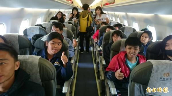華信首航招待弱勢家庭子女,許多人都是初次搭機相當興奮。(記者劉禹慶攝)