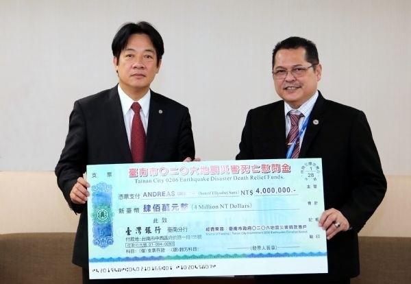 市府匯撥400萬元慰問金給印尼籍罹難者家屬,由市長賴清德(左)代表捐贈,駐台北印尼經濟貿易辦事處駐台代表Robert J.Bintaryo(右)代表則表達感謝之意。(記者洪瑞琴翻攝)