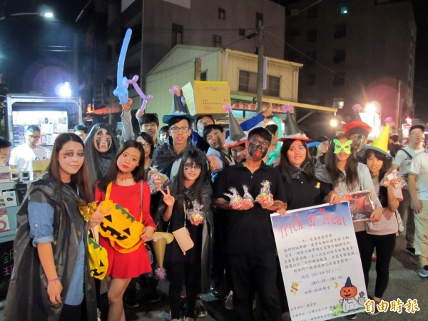 台灣首府大學國際餐飲技藝研習社學生裝扮成鬼怪,到台南麻豆夜市義賣做公益。(記者劉婉君攝)