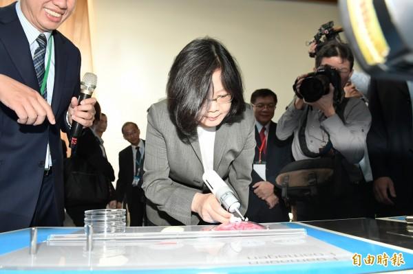 總統蔡英文體驗工研院的人工腦膜、虛擬實境技術,還開玩笑對工研院董事長吳政忠說「你要發了」。(記者洪友芳攝)