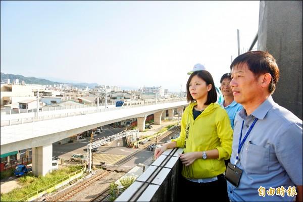 立委洪慈庸(左)與鐵改局中部工程處長謝立德(右)會勘潭子區鐵路高架化後產生噪音情形。(記者歐素美攝)