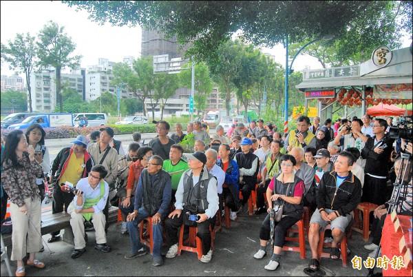 立委吳琪銘邀相關單位會勘清水交流道設置計畫,民眾聚集聆聽高公局簡報。(記者張安蕎攝)