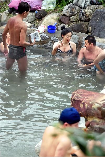 明年起,北投溫泉水費要漲價了。台北市自來水事業處指出,一般住戶不太可能24小時都在用溫泉水,若改用6小時、12小時取水方案,水費其實會下降。(資料照)