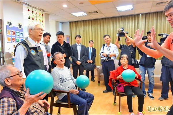 長照2.0昨試行上路,衛福部長林奏延(左一,站立者)訪視新莊雙連社福中心。(記者葉冠妤攝)