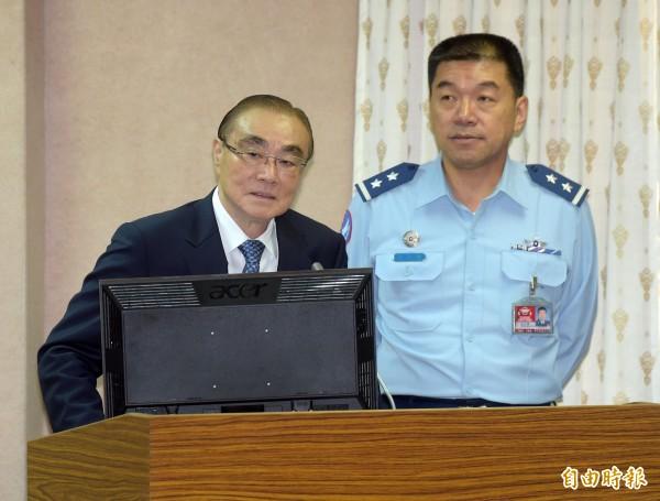 國防部長馮世寬(左)、空軍參謀長范大維(右)列席報告備詢。(記者黃耀徵攝)