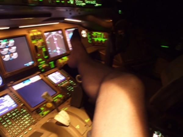一條腿擱在儀表板上,旁邊副駕駛座位是空的。(圖擷自太陽報)