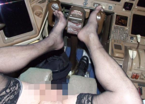 機師雙腳放操縱桿上,露出生殖器官。(圖擷自太陽報)