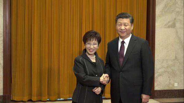 國民黨主席洪秀柱與中共總書記習近平會面握手。(圖由國民黨提供)