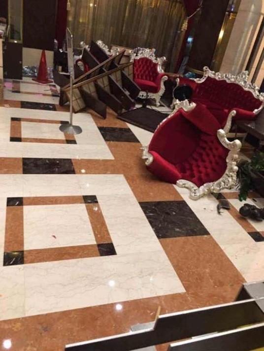 台中南屯區知名酒店被砸店。(翻攝自臉書爆料公社)