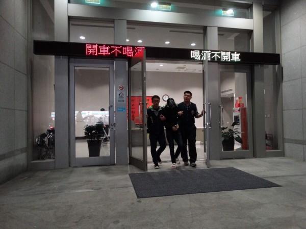 警方逮捕殺警案中山聯盟成員鄭森文涉擁槍販毒。(記者姚岳宏翻攝)