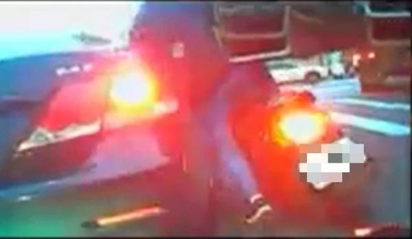 乘客遭鋼板夾傷,險遭爆頭。(記者曾健銘翻攝自爆料公社)